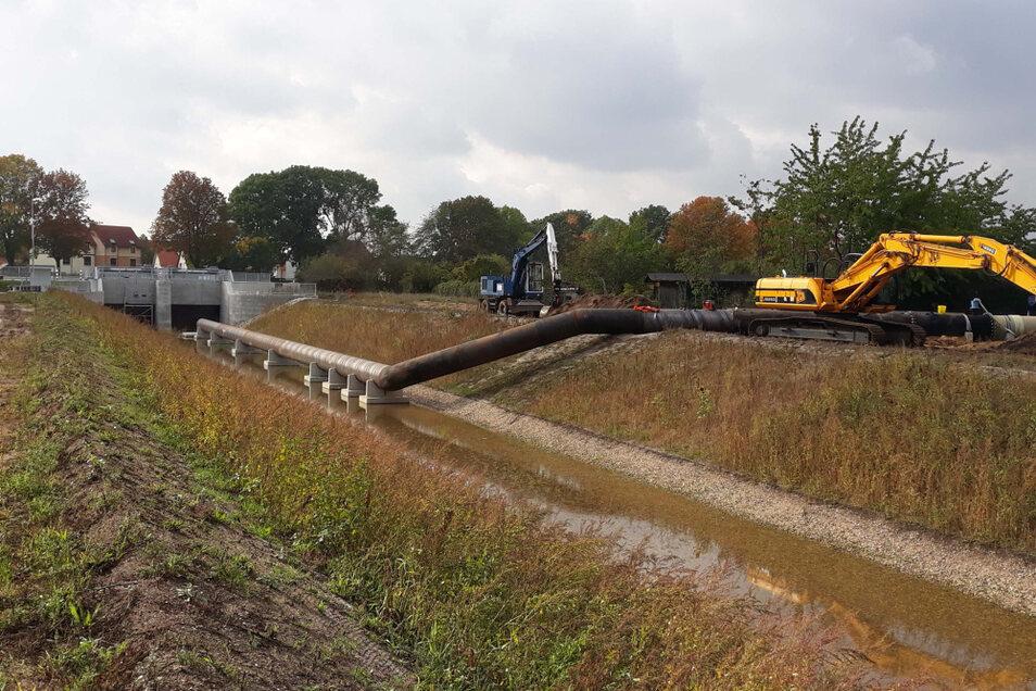Am Rande Senftenbergs laufen unweit der B 96 die Umbindungsarbeiten für die Rainitza in das neue Grabenbett.
