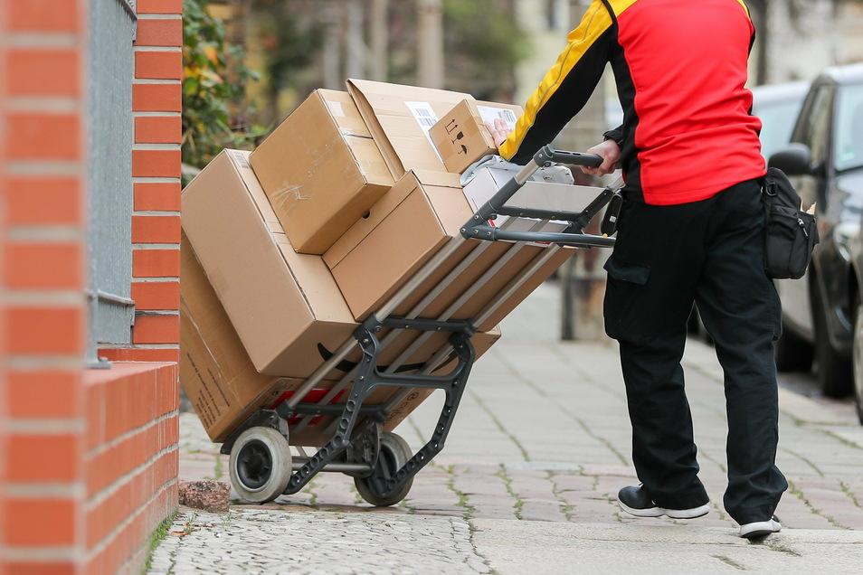Ein Paketzusteller mit einer Sackkarre voller Pakete: Die Arbeit der Dienstleister hat auch 2020  wieder für Ärger gesorgt.