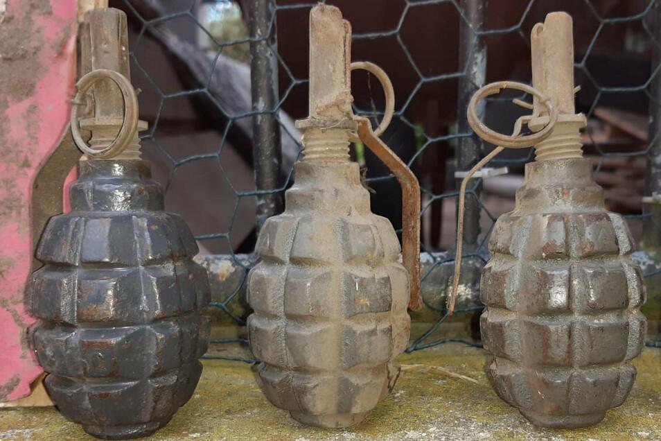 Diese Handgranaten wurden jetzt bei Dacharbeiten in Briesing in der Gemeinde Malschwitz gefunden.