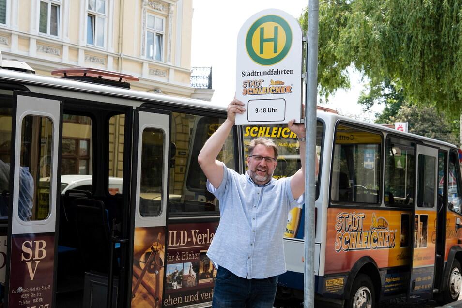 Ingo Menzel hat am Dienstag sein Linienbus-Haltestellenschild für den Stadtschleicher am Obermarkt aufgestellt.