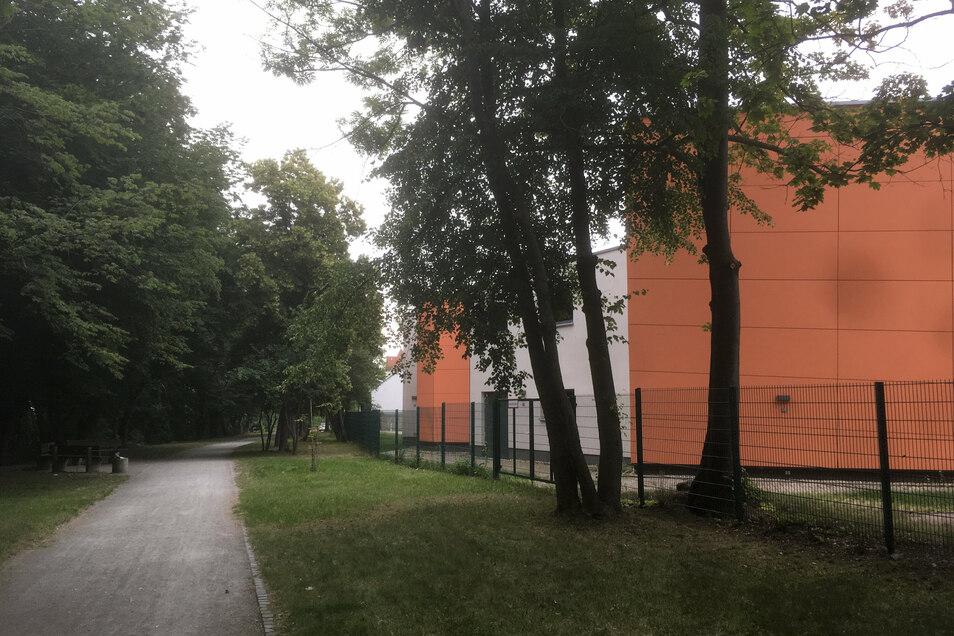 Hier hinter der Turnhalle des Geschwister-Scholl-Gymnasiums geschah die brutale Attacke.