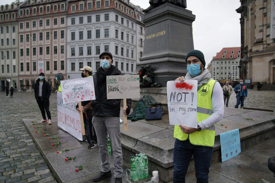 """Die Teilnehmer trugen Schilder mit Sprüchen wie """"Not in my name"""" - nicht in meinem Namen."""