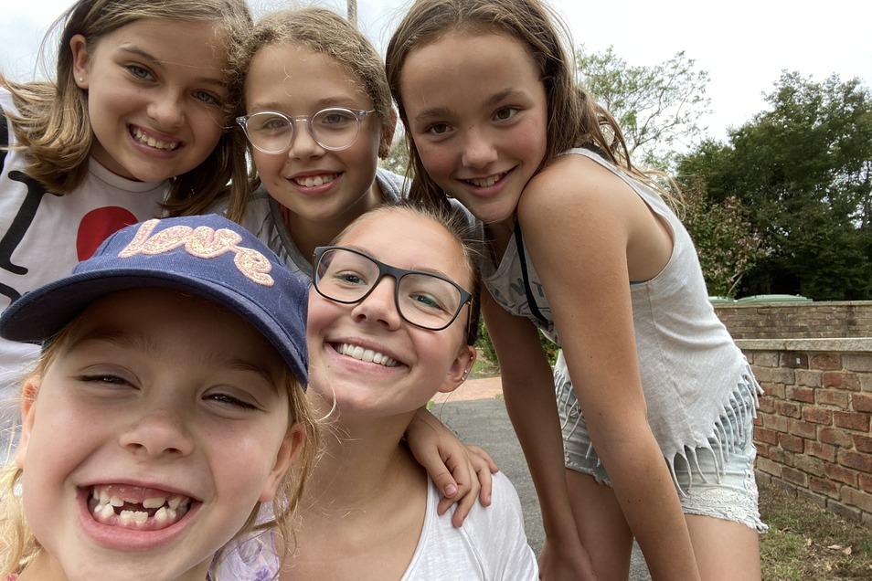 Mädchenpower: Cora Braun (unten rechts) inmitten ihrer vier Mädels, die sie bei einer Familie in der Nähe von Sydney rund um die Uhr betreut.