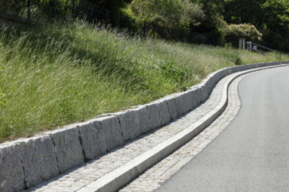 Eine Böschung an dieser Stelle soll der Stützmauer Standsicherheit geben - aufgrund der beengten Verhältnisse.