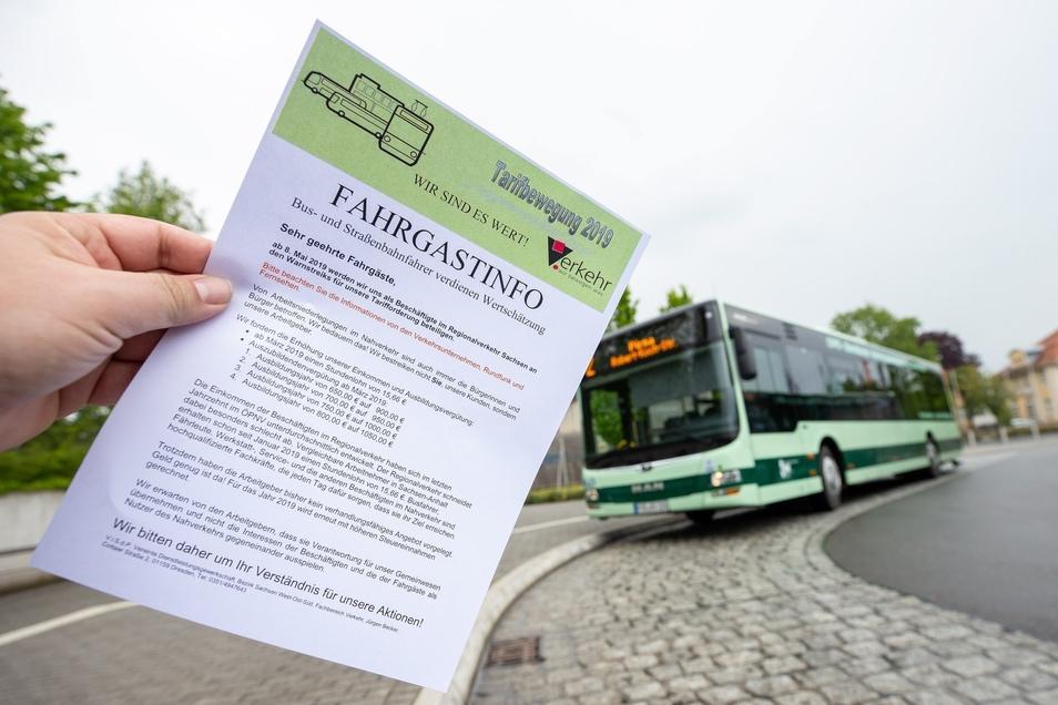 Am Zentralen Omnibusbahnhof in Pirna und in vielen Bussen wurden die Fahrgäste am Dienstag mit Handzetteln über den bevorstehenden Warnstreik informiert.