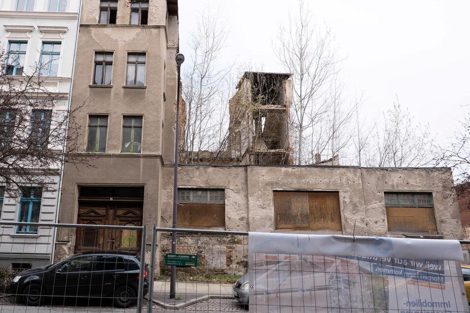Für die Reste des verfallenen Gebäudes Rauschwalder Straße 53 bot Spettmann 70.000 Euro. Das ist das 25-fache des Verkehrswertes.