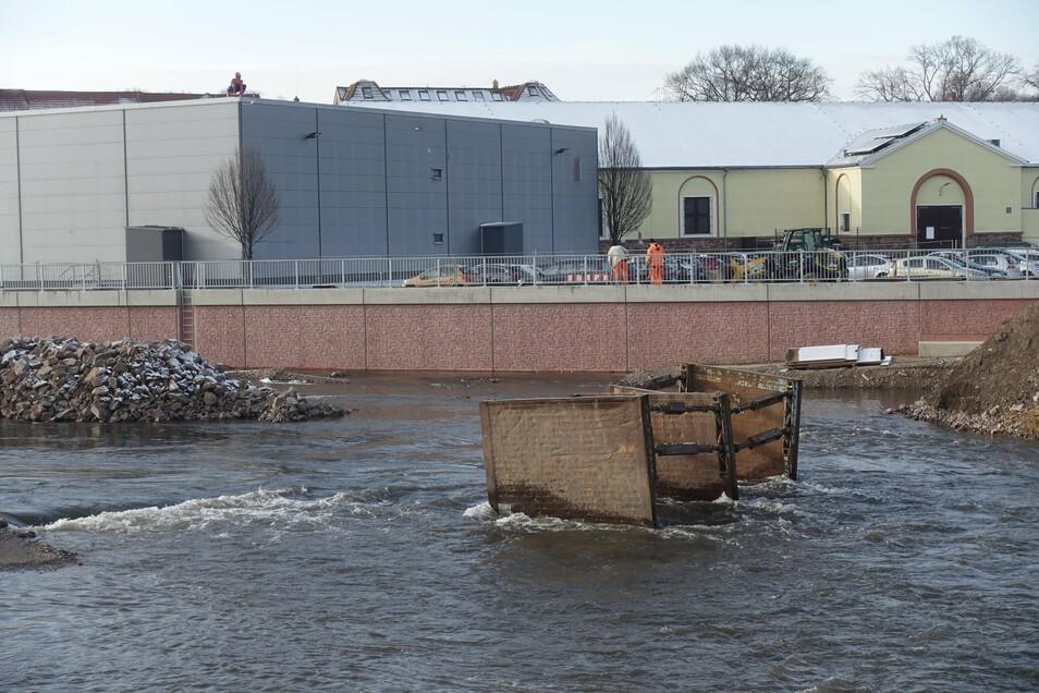 Nicht zum ersten Mal seit Beginn der Arbeiten am Flutschutz in Döbeln ist eine Baustelle überflutet worden. Die Baufirma hatte sie zuvor geräumt. Auch bauzeitliche Rampen und Arbeitsplateaus hatte es keine mehr gegeben.