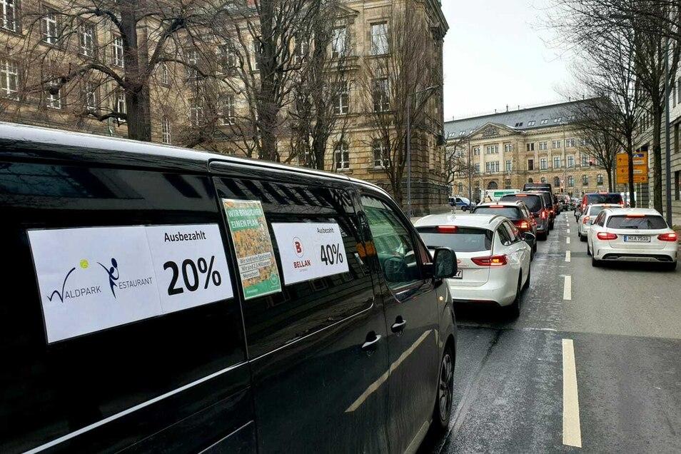 Mit einem Autokorso machten frustrierte Gastronomen am Dienstagmorgen in Dresden laut hupend auf ihre schwierige Lage im Lockdown aufmerksam.