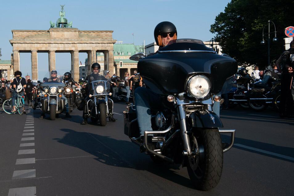 Teilnehmer an der Motorrad-Demonstration der Rockerbande Hells Angels fahren auf der Straße des 17. Juni in Berlin. Mit der Aktion protestieren die Rocker gegen das Verbot ihrer Abzeichen.