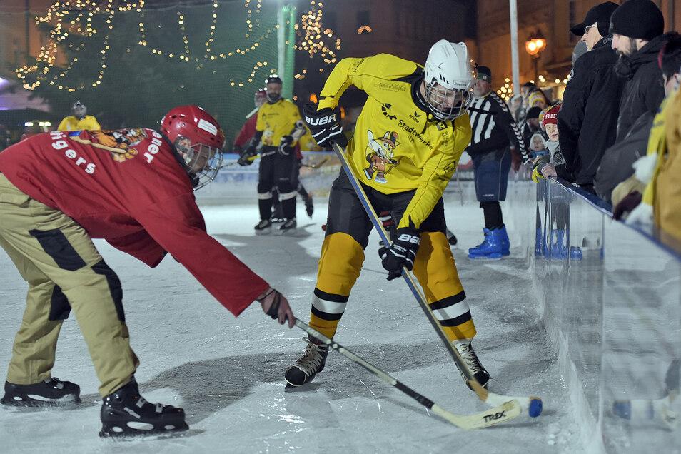 Auch beim Eis Hockey geht es ordentlich zur Sache.Am 12. Dezember gibt es die Revanche der Eishockey-Cracks.  Es spielen die Stadtwerke Füchse gegen die Mastener Icetigers.