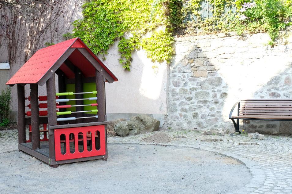 Der Spielplatz am Postgäßchen wird derzeit neu gestaltet. Ein neues Spielhaus aus Recycling-Kunststoff ist bereits aufgestellt.