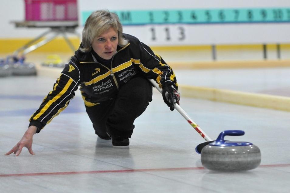 Vereinschefin Martina Meißner ist auch selbst auf dem Eis aktiv. Der 1. SCV Geising ist Ostdeutschlands Nummer eins im Curlingsport.