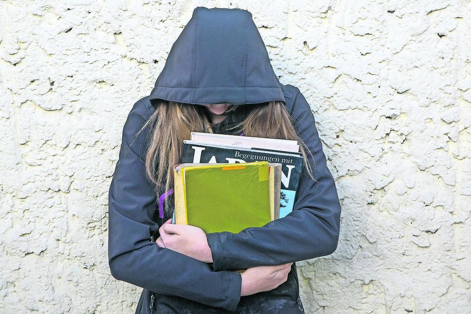 Julia wurde fünf Schuljahre lang von ihren Klassenkameraden gemobbt. Auch, nachdem sie heulend in der Mädchentoilette zusammenbrach, änderte sich nichts. Sie hat inzwischen die Schule gewechselt und erzählt ihre Geschichte.