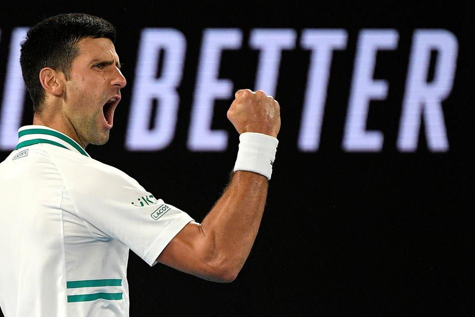 Der Serbe Novak Djokovic ballt die Faust zum Jubel.