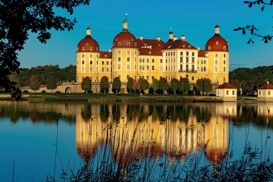 Schloss Moritzburg und die gesamte Region waren am Wochenende wegen des schönen Herbstwetters gut besucht. Alle Parkplätze waren voll, die Restaurants boten wenn möglich Plätze unterm freiem Himmel an. Auch wegen der steigenden Corona-.Fallzahlen.