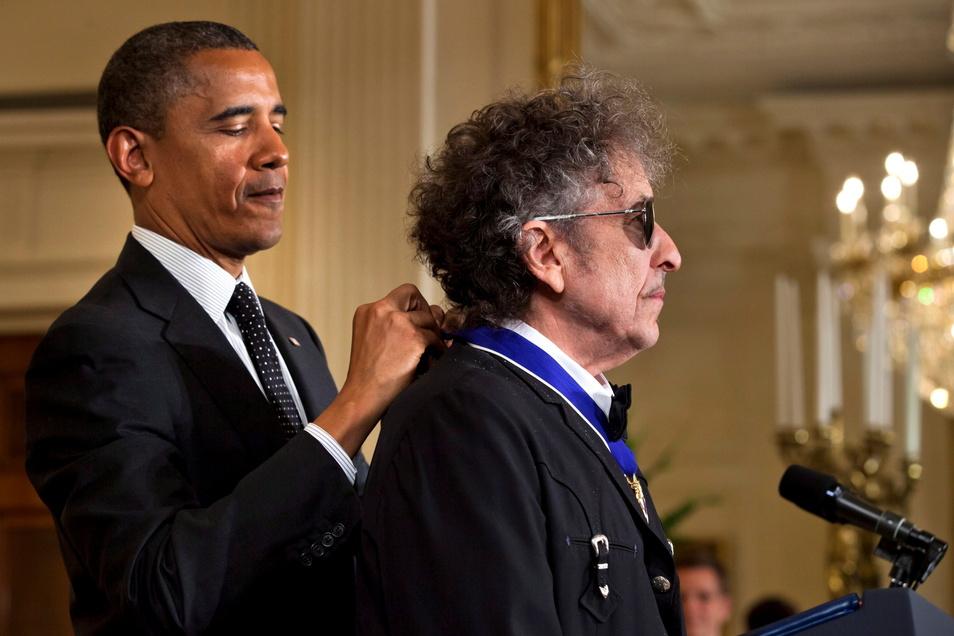 Barack Obama (l.), damals US-Präsident, zeichnet Bob Dylan 2012 mit der Freiheitsmedaille aus.