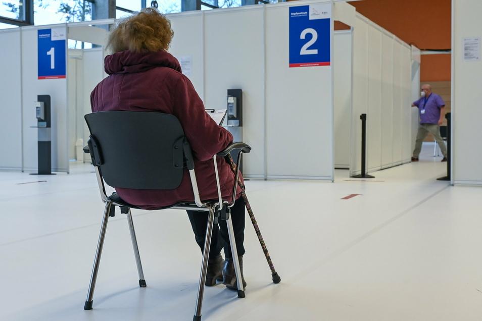 Eine Frau wartet auf ihre Schutzimpfung gegen Covid-19 im Impfzentrum Eberswalde. Eine Auswirkung der Impfungen auf die Fallzahlen wird wohl erst im Sommer erkennbar sein.