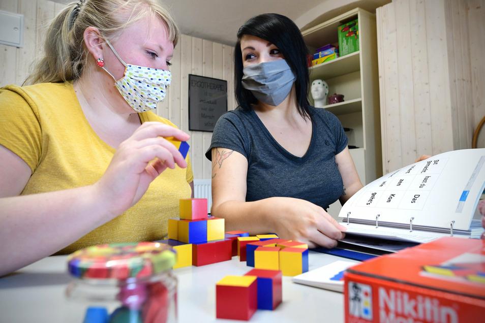 Ergotherapeutin Manja Ehrlichmann (rechts) lässt Physiotherapeutin Theresa Fleig schon mal ein paar Übungen probieren. Beide arbeiten in der Fachpraxis für Physiotherapie und Ergotherapie in der Schillerstraße 7 in Zittau.