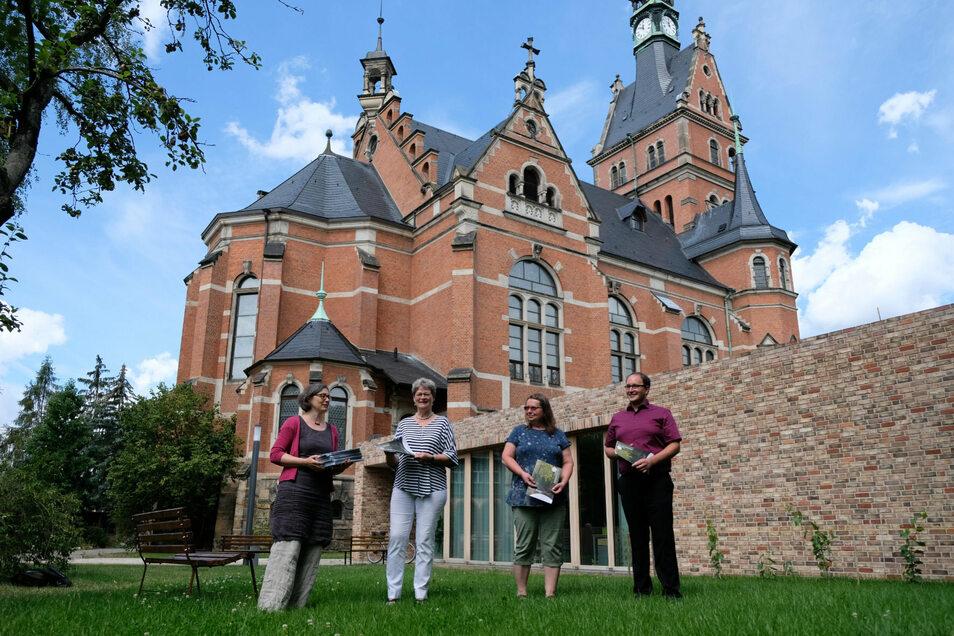 Vier Gemeinden – ein Gemeindebrief: Anja Funke (Radebeul-Luther), Carola Schul (Radebeul-Frieden), Kirsten Meier (Reichenberg) und Sebastian Kreß (Moritzburg) mit der ersten Ausgabe des neuen Kirchenmagazins.