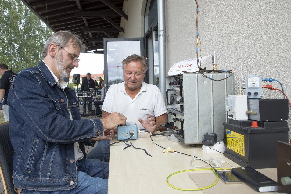 Ralf Raupach (links) und Uwe Lippert vom Technikverein Sender Wilsdruff senden live aus Wilsdruff.