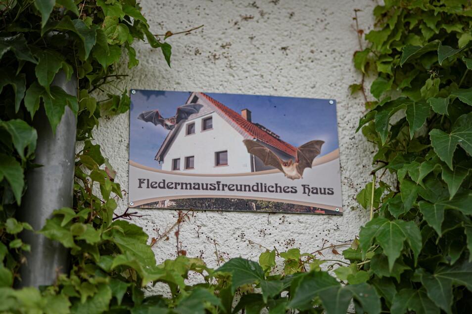 """Da es seit einiger Zeit keine Fledermaus-Plaketten mehr fürs Haus gibt, haben sie sich sogar ein eigenes Schild """"Fledermausfreundliches Haus"""" angefertigt."""