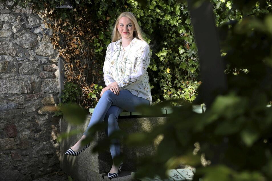 Die Primadonna der Staatsoperette Steffi Lehmann stammt aus Kamenz. Und es zieht sie regelmäßig in die Heimat zurück, wie hier an Lessings Geburtshaus.