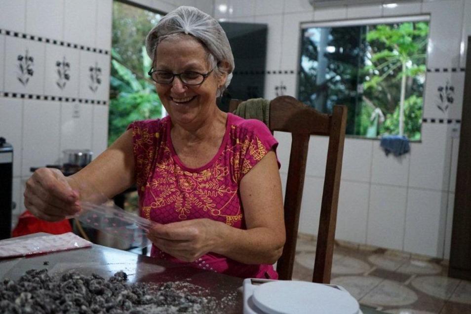 Rosa Brighenti conchiert die Früchte in ihrer Küche.