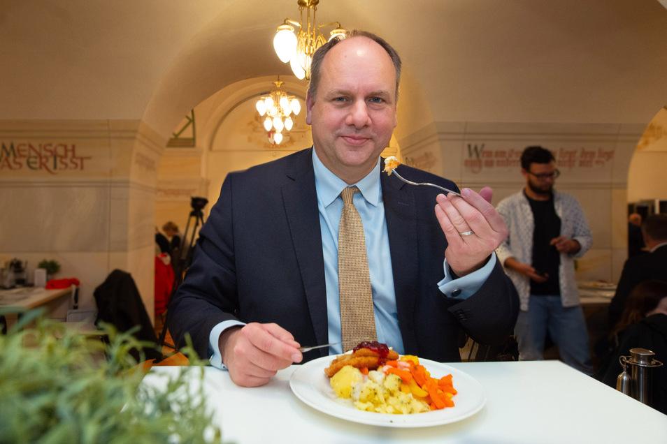 Ende Mai 2019 wurde der Ratskeller offiziell eröffnet, Oberbürgermeister Dirk Hilbert (FDP) war natürlich auch dabei und ließ es sich schmecken.
