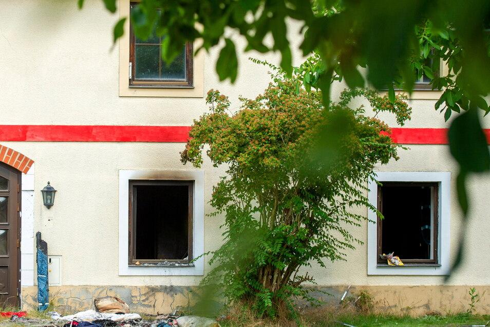 Schauplatz des Dramas in Görzig: Im Inneren dieses Hauses legte ein Bewohner Feuer. Jemand versuchte offenbar, noch Sachen vor den Flammen zu retten, indem er sie aus dem Fenster warf.