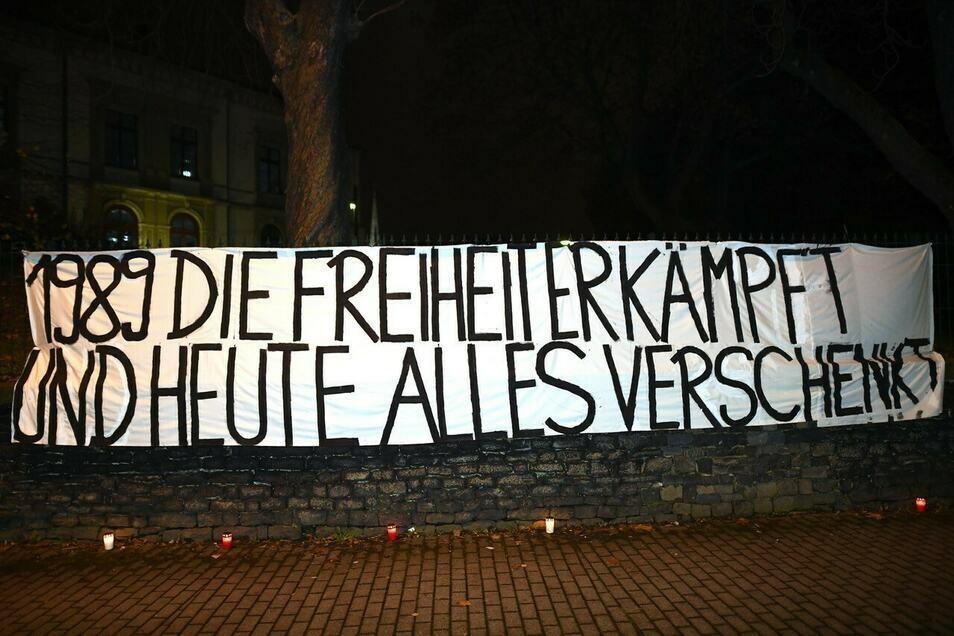 Mit diesem Transparent an der ehemaligen Zittauer Stasi-Zentrale machte ein Aktionsbündnis auf sich aufmerksam.