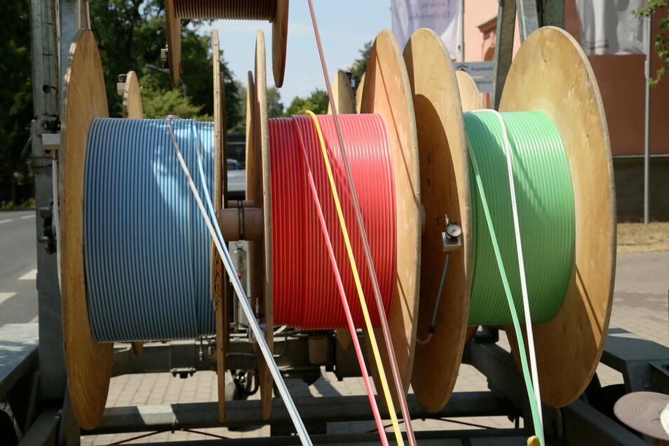 Diese farbigen, sogenannten Speedpipes sind leere Plastikröhrchen, in die später das eigentliche Glasfaserkabel eingeblasen wird - für schnelles Internet bis in jede Ecke.