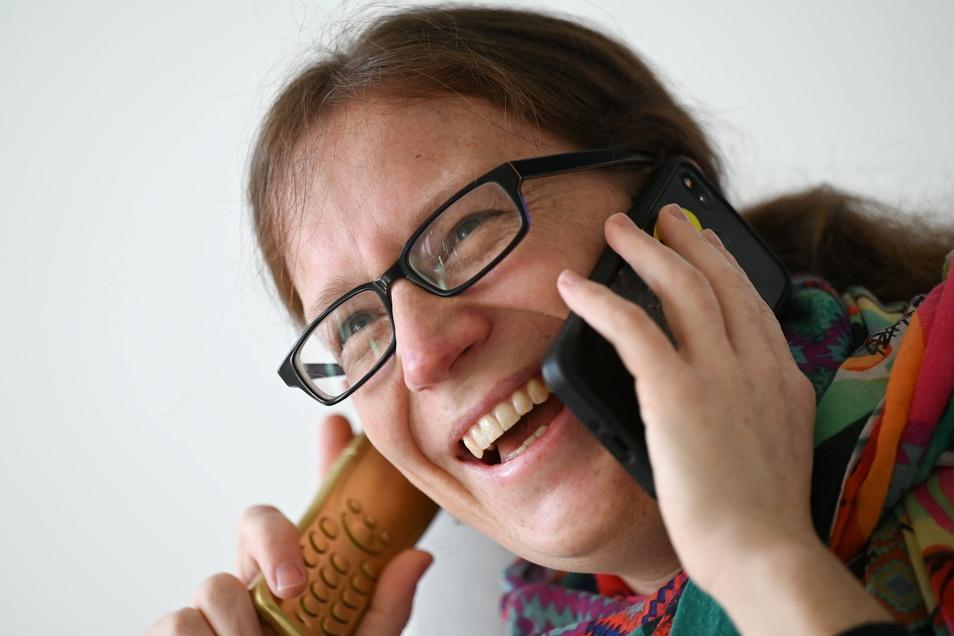 """Sandra Mandl, Heilpraktikerin für Psychotherapie und Lachyoga-Lehrerin, hat am anderen Ende des """"Lachtelefons"""" immer ein Grinsen im Gesicht."""