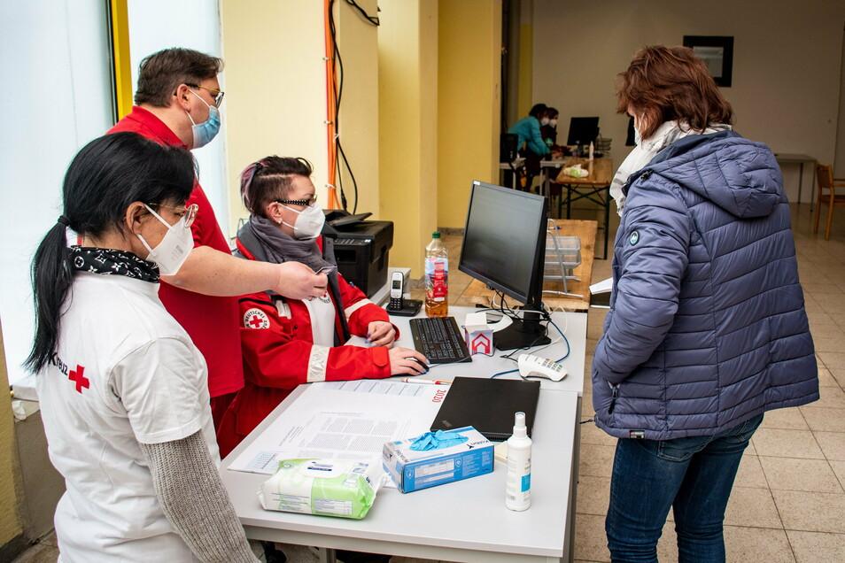 Erste Station im Impfzentrum in Mittweida: Die Anmeldung. Derzeit gibt es zwei Anmeldebereiche, so wie es zwei Impfstrecken gibt. Bis zu vier sind möglich. Betreut wird die Anmeldung von Kräften des DRK-Kreisverbandes Döbeln-Hainichen.