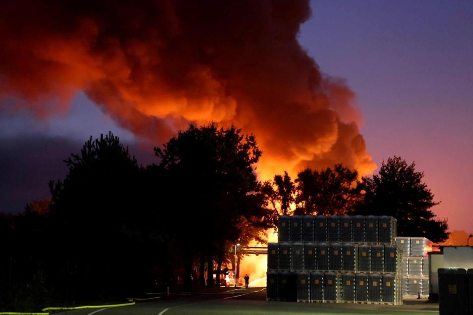Bei einem Großbrand in Bernsdorf wurden am Wochenende zwei Lagerhallen eines Glaswerks zerstört.