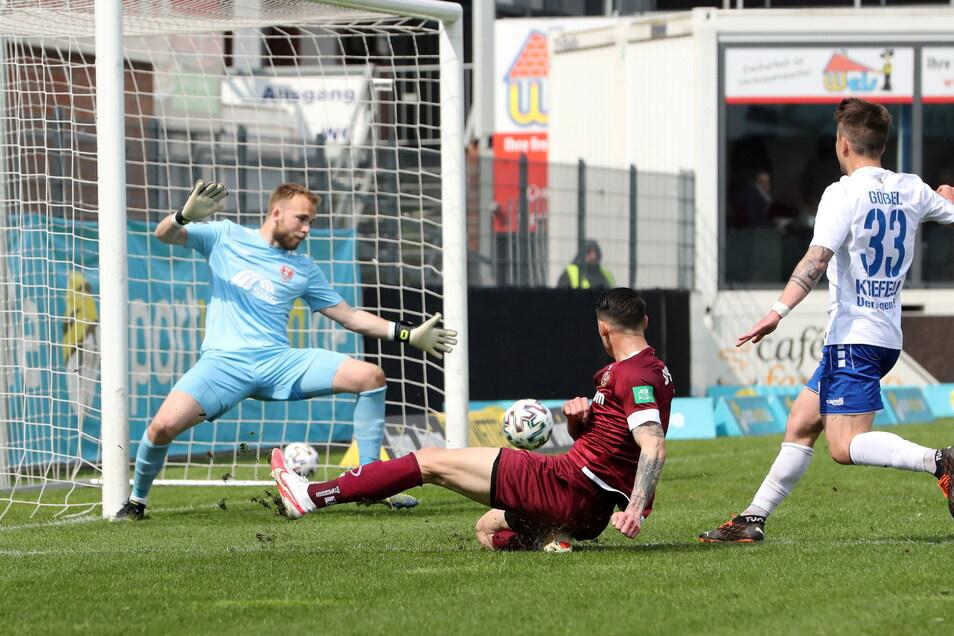 Panagiotis Vlachodimos setzt sich gegen Patrick Göbel und Torwart Hidde Jurjus durch und erzielt aus spitzem Winkel das 1:0 für Dynamo.