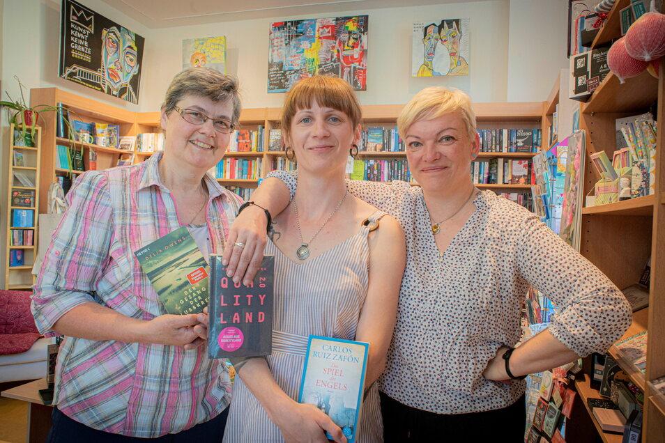 Erst in diesem Jahr erhielt die Robert-Philipp-Buch-und Spielwarenhandlung in Großröhrsdorf den Preis des Deutschen Buchhandels. Die Mitarbeiter Kristin Gocht, Sandra Kretzschmar und Grit Gebler (v.l.)haben jetzt ein Literaturfestival organisiert.