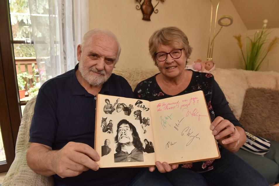 Frank Arnold und Anita Ulbrich blättern in ihrem Gästebuch, dass sie einst als Betreiber des Seifersdorfer Jugendclubs anlegten. Diese Seite gestalteten die Puhdys 1972.
