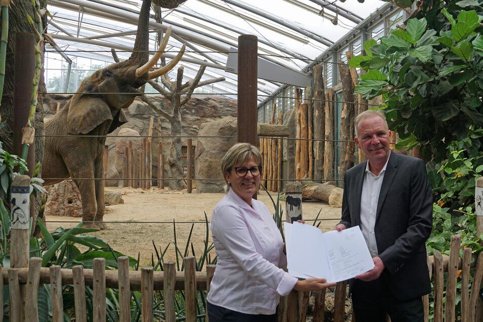 Tourismusministerin Barbara Klepsch übergibt Fördergelder an den Zoodirektor Karl-Heinz Ukena. Im Hintergrund handelt es sich um den Elefantenbullen Tonga im Afrikahaus.