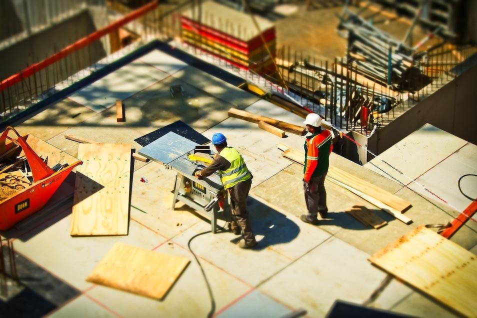 """Handwerker haben derzeit nicht nur sprichtwörtlich """"viele Baustellen"""". Boom und Fachkräftemangel ergeben in vielen Regionen eine toxische Mischung für lange Wartezeiten."""