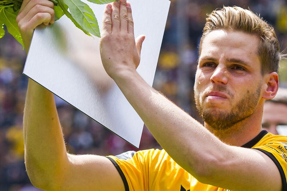 Es war ein emotionaler Abschied am 14. Mai 2016. Vor dem letzten Saisonspiel in der 3. Liga gegen die SG Sonnenhof Großaspach sagt Justin Eilers bei Dynamo tschüss. Leicht fällt ihm der Abschied nicht, er hat Tränen in den Augen, aber die Bundesliga lockt. Der Stürmer wechselt zu Werder Bremen.Foto: Robert Michael