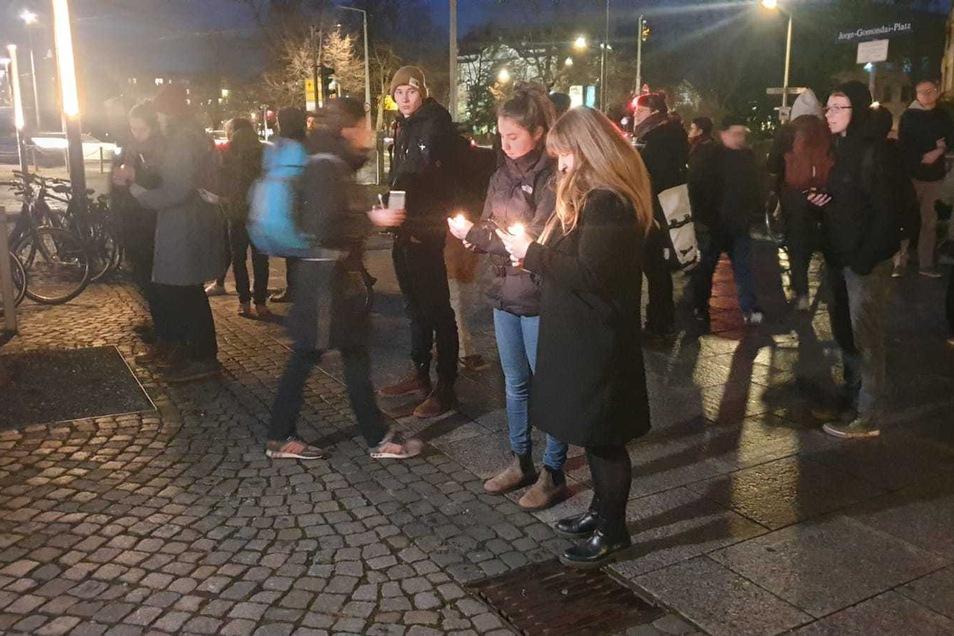 Mit Kerzen gedenken Menschen in der Neustadt der Toten von Hanau.