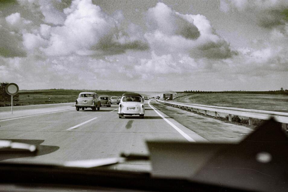 Die Kolonne der ersten Autos auf der A 14 passierte die Abfahrt Nossen/Meißen, heute Nossen Ost.