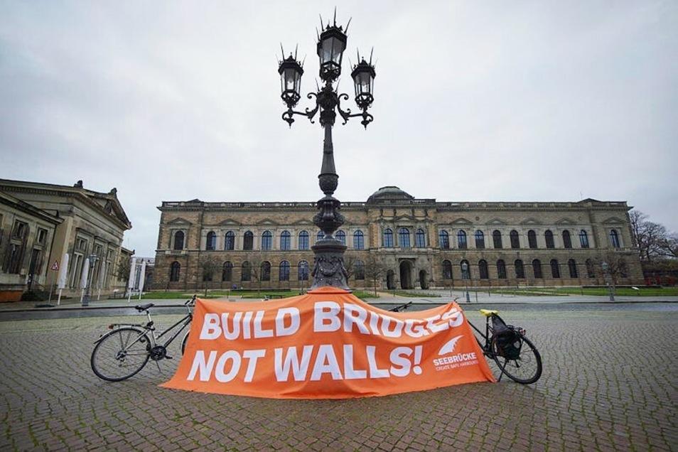 """""""Build bridges - not walls"""" - """"Baut Brücken, keine Mauern"""", forderten die Demonstranten."""