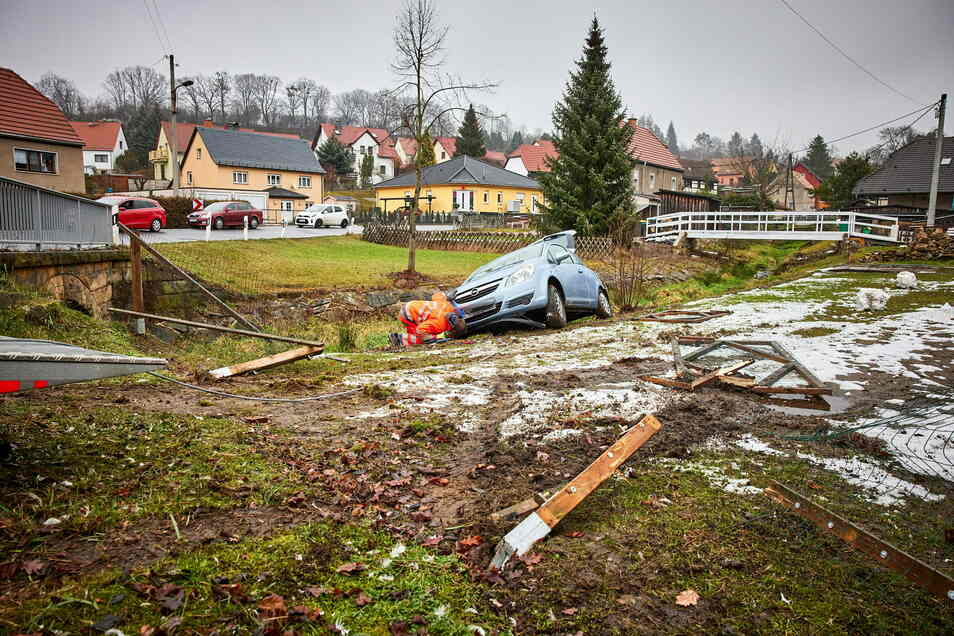 Der Opel war zum Glück neben dem Bachbett stehen geblieben.