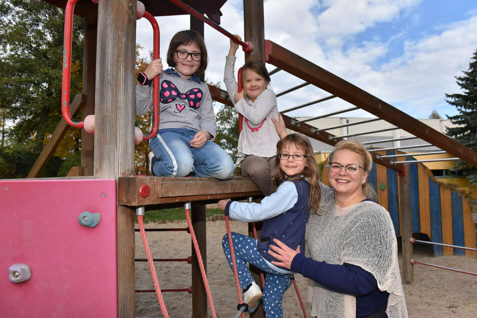 Horterzieherin Anja Lawrenz mit den Kindern Lea, Annalena und Lina-Maria auf dem Spielplatz der Glückauf Grundschule Freital.