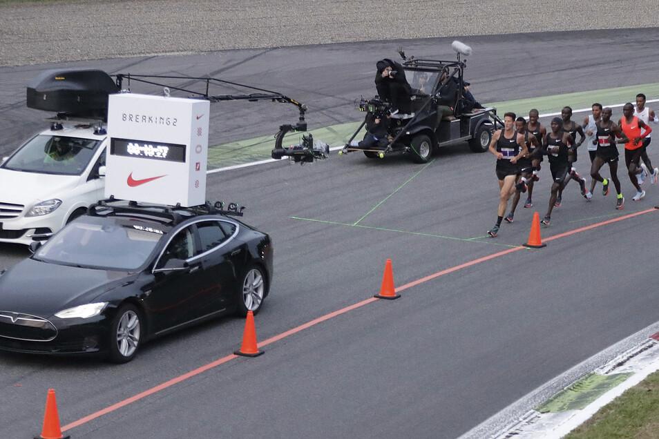 Das Auto zeigt die Zeit an. Tempomacher unterstützen den Mann in Rot. Eliud Kipchoge ist 2017 in Monza gescheitert. Er probiert es 2019 in Wien noch mal.