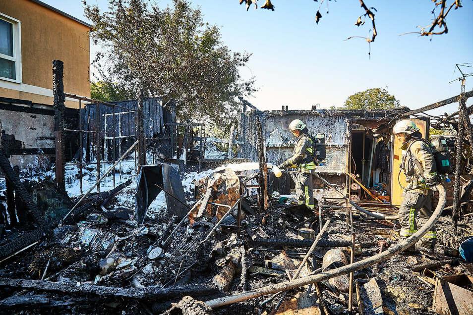 Abgebrannte Garage, zerstörter Schuppen in Heidenau. Der Eigentümer konnte sich mit kleinen Blessuren ins Freie retten.