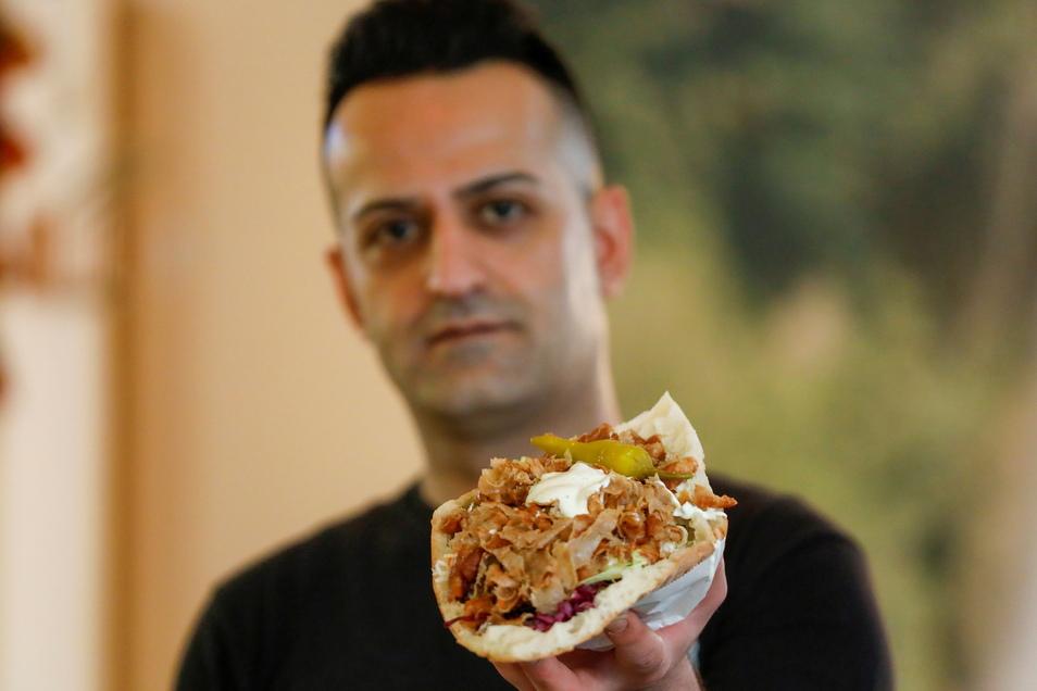 Ezgin Yildiz bietet in seinem Newroz Bistro in Zittau den Döner Kebab nun für 4,50 Euro an.