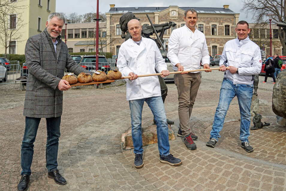 Oberbürgermeister Uwe Rumberg und die Bäckermeister Tilo Grafe, Sten Langholz und Marcel Nitz (v.l.n.r.). präsentieren das neue Brot.