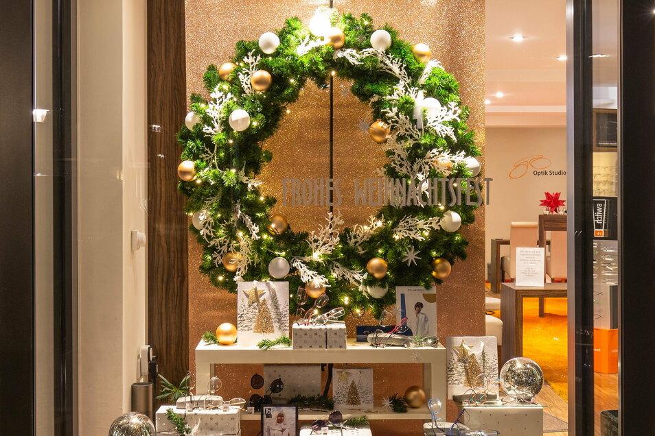 Das weihnachtlich geschmückte Schaufenster von Optik Studio Stein in der Breiten Straße in Pirna ist einer der drei Gewinner des Wettbewerbs.